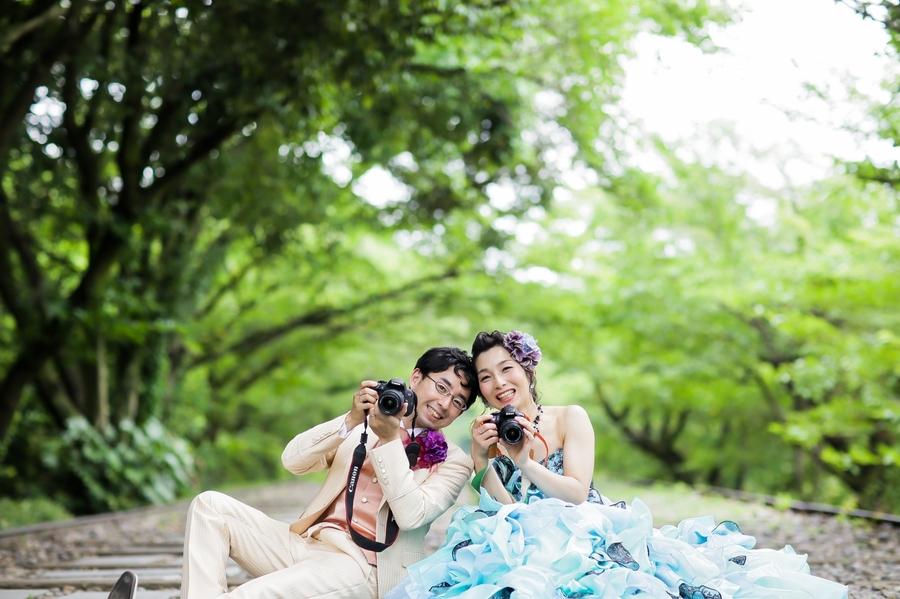 カメラがご趣味のカップルの新緑ドレスフォトウェディング
